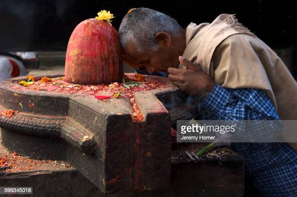 puja being made at a shiva lingam, bhaktapur, kathmandu valley, nepal - shiva lingam stock pictures, royalty-free photos & images