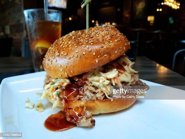pulled pork sandwich - アメリカ南部 ストックフォトと画像