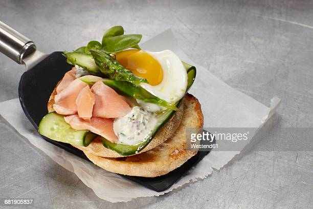 Pulled salmon burger with fried egg, cucumber and asparagus
