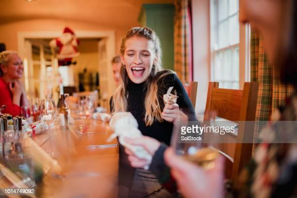 夕食の前にクリスマス クラッカーを引っ張ってください。 - クリスマスクラッカー ストックフォトと画像