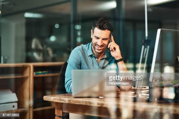 er ist abziehen produktivität wie die profis - am telefon stock-fotos und bilder
