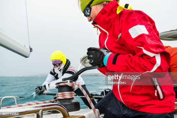 wailboat のウィンチを引っ張る - 滑車 ストックフォトと画像
