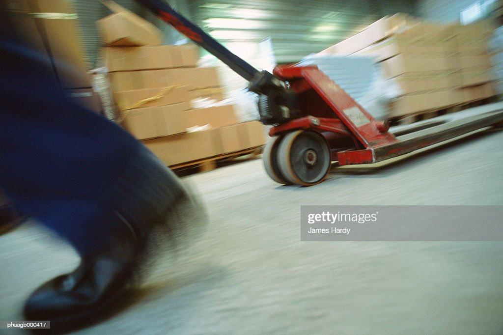 Pulling warehouse dolly : Stockfoto