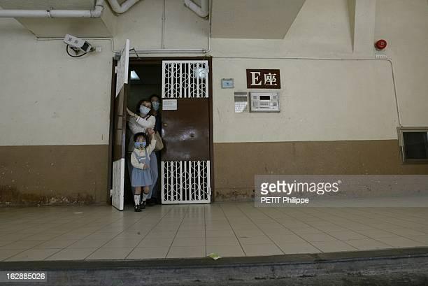 Hong Kong City Of Fear. HONG KONG principal foyer du Syndrome respiratoire aigu sévère : Lam TSANG et ses parents, tous trois portant un masque,...