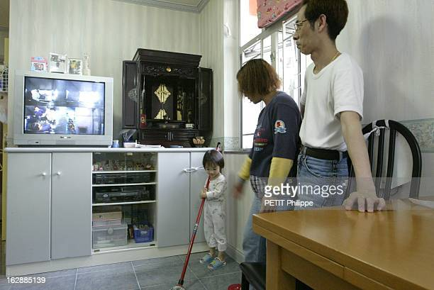 Hong Kong City Of Fear. HONG KONG principal foyer du Syndrome respiratoire aigu sévère : Lam TSANG 3 ans jouant avec un balai aux côtés de ses...