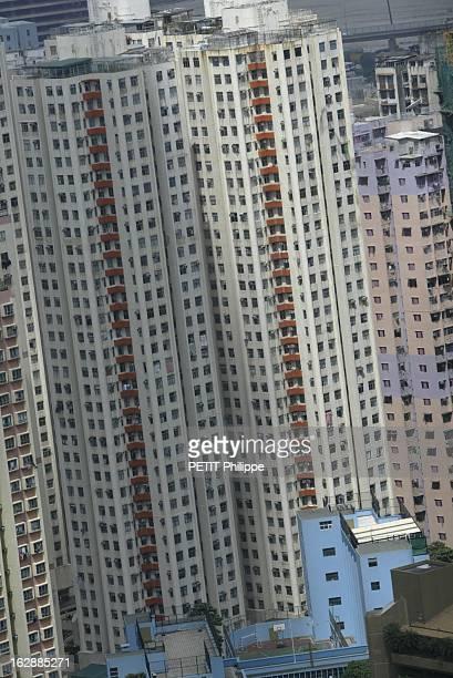 Hong Kong City Of Fear. HONG KONG principal foyer du Syndrome respiratoire aigu sévère : plan resserré sur le bloc E éclairé par un rayon de soleil...