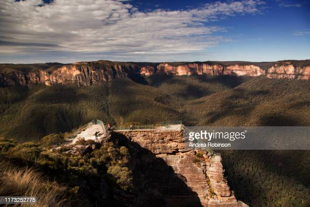 pulpit rock lookout over the grose valley in the blue mountains national park, blackheath, nsw, australia. - blue mountains national park stock pictures, royalty-free photos & images