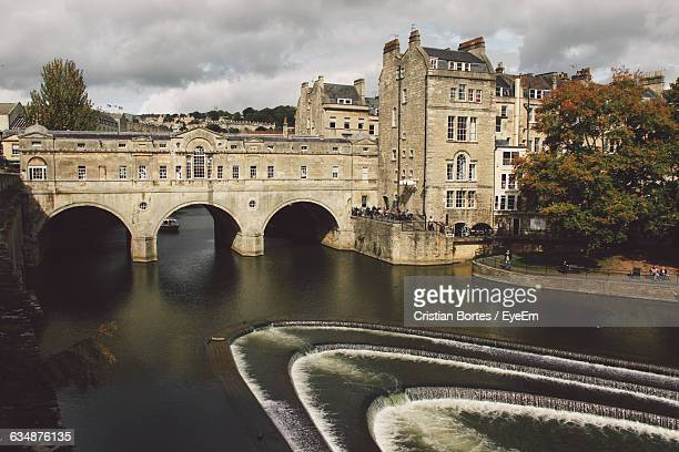 Pulteney Bridge Over Avon River Against Cloudy Sky In City