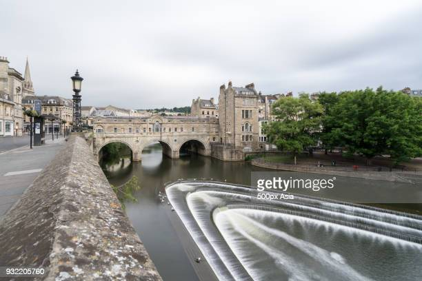 pulteney bridge over river avon, bath, england, uk - image stock pictures, royalty-free photos & images