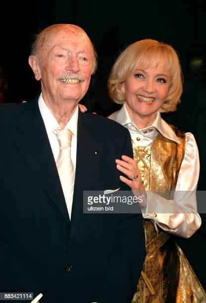 Pulver Liselotte * Schauspielerin Schweiz mit Gyula Trebitsch bei der Aufzeichnung ihrer Geburtstagshow zum 75 Geburtstag