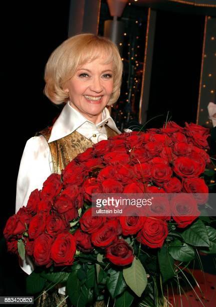 Pulver Liselotte * Schauspielerin Schweiz mit roten Rosen bei der Aufzeichnung ihrer Geburtstagshow zum 75 Geburtstag