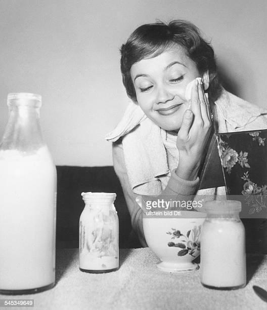 Pulver Liselotte *Schauspielerin Schweiz beim Auftragen einer YoghurtGesichtsmaske 1954