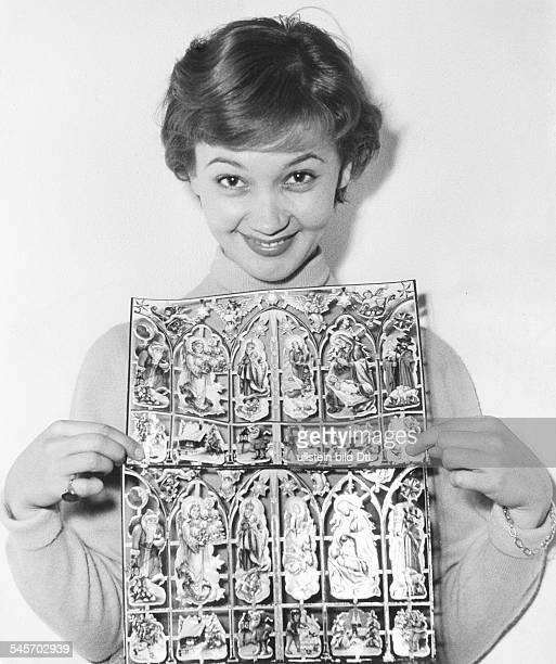 Pulver Liselotte *Schauspielerin Schweiz 'Geburtstagsbriefe ueber und ueber mit Kinderoblaten beklebt das ist das Hobby von Liselotte Pulver'