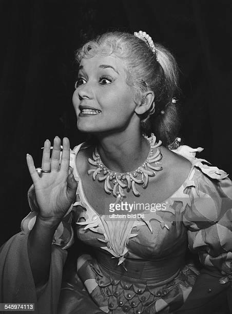 Pulver Liselotte *Schauspielerin Schweiz in dem Schauspiel 'Undine' von Giraudoux im Kurfuerstendamm Theater Berlin 1959