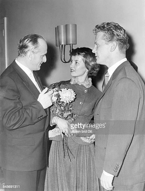 Pulver Liselotte *Schauspielerin Schweiz mit Hugo Hartung Schriftsteller des Romans 'Ich denke oft an Piroschka' und dem Schauspieler Gunnar Moeller...