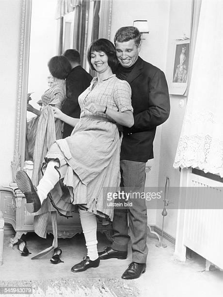 Pulver Liselotte *Schauspielerin Schweiz mit ihrem Ehemann dem Schauspieler Helmut Schmid am Rande der Dreharbeiten zu 'Kohlhiesels Toechter' Regie...
