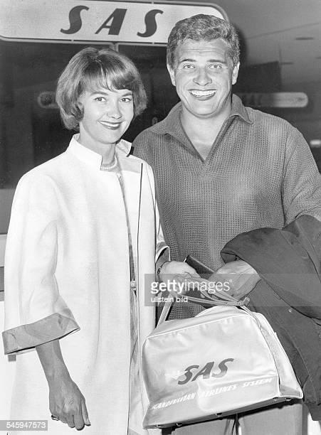 Pulver Liselotte *Schauspielerin Schweiz mit ihrem Ehemann Helmut Schmid bei der Ankunft in Los Angeles USA Juli 1963