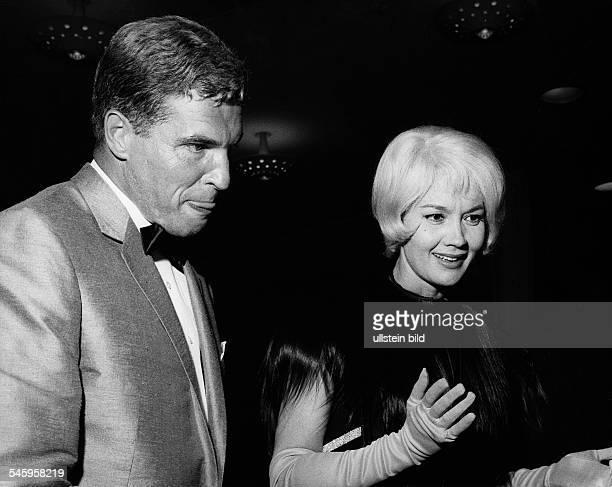 Pulver Liselotte *Schauspielerin Schweiz mit ihrem Ehemannn Helmut Schmid auf einem Ball in Berlin 1963
