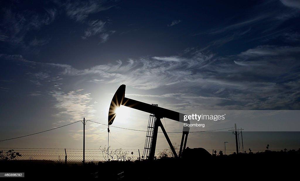 Oil Declines Below 60USD A Barrel : News Photo