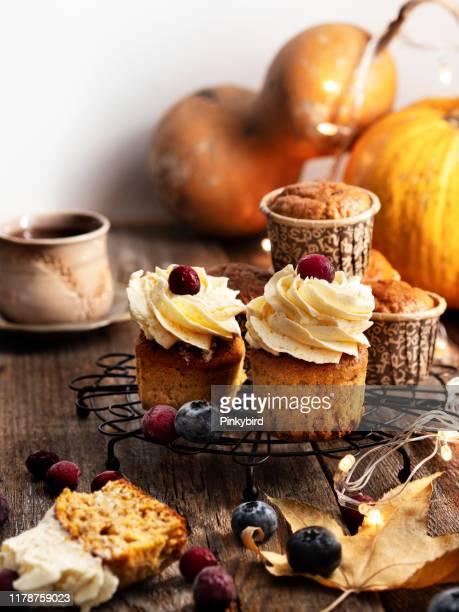 pumpkin cupcakes with cream cheese frosting,pumpkin cupcakes,christmas food,christmas food - dolci foto e immagini stock