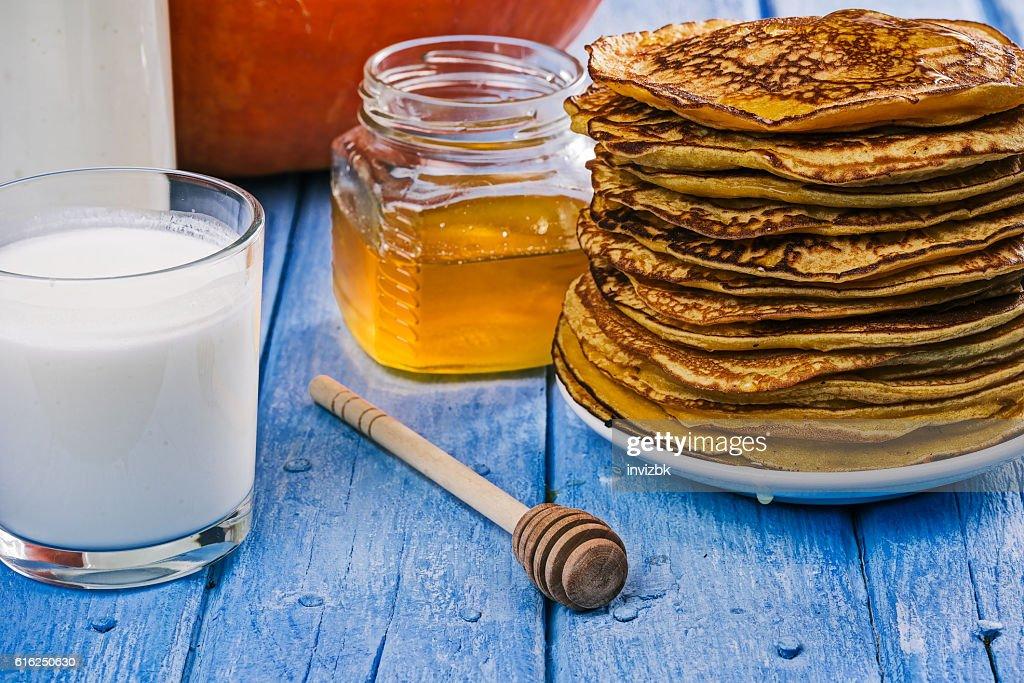 Pumpkin pancakes, milk and honey : Foto de stock