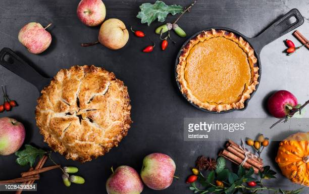 pumpkin pie and apple pie, thanksgiving day - thanksgiving background stock photos and pictures