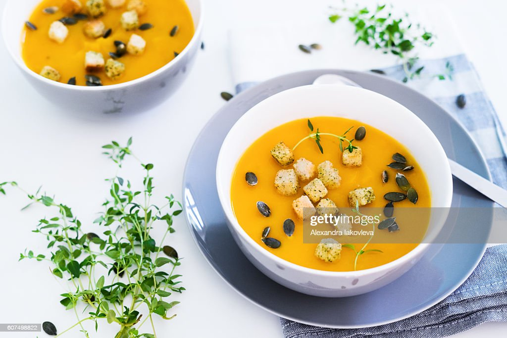 Pumpkin soup served with croutons and pumpkin seeds : Stock-Foto