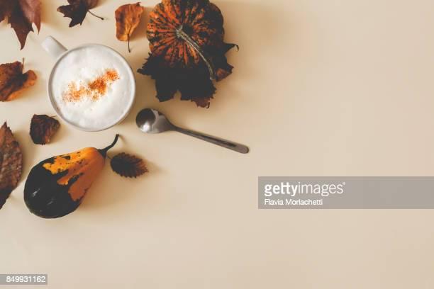 pumpkin spice latte - ornamentado fotografías e imágenes de stock
