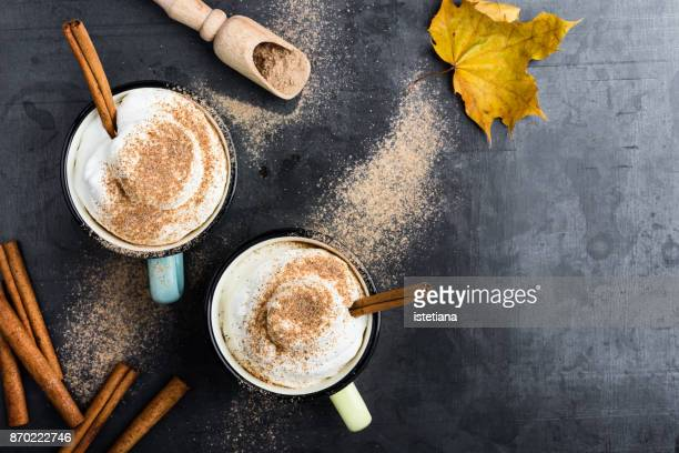 pumpkin spice latte with whipped cream - koffie drank stockfoto's en -beelden