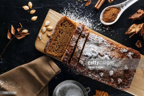 pumpkin sponge cake cut into slices with powdered sugar on top - banana loaf stockfoto's en -beelden