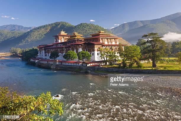 punakha dzong at the convergence of two rivers mo chhu and pho chhu, punakha, bhutan - プナカ ストックフォトと画像