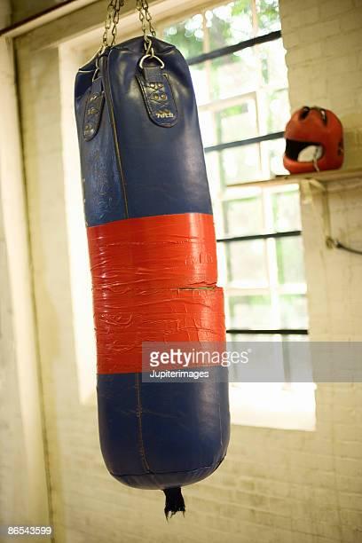 punching bag near gym window - gymnastique douce photos et images de collection
