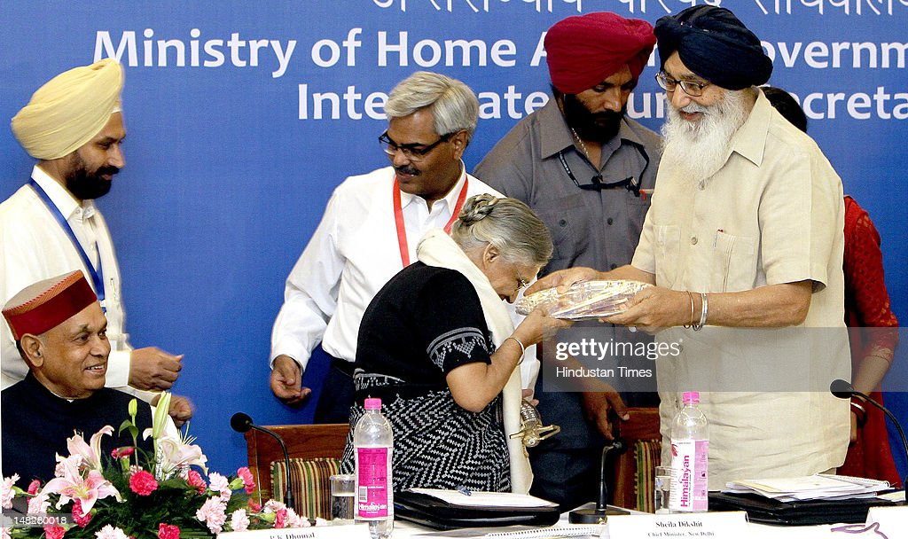 Punjab Parkash Singh Badal honors Delhi Chief Minister Sheila Dikshit during the 26th meeting of Northern Zonal Council organized by Ministry of Home.