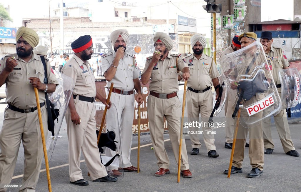 Punjab Police security taking food and fruits in Zirakpur Kalka Chowk ahead of CBI court Final hearing of Sant Ram Rahim Singh Insan Rape and Murder..