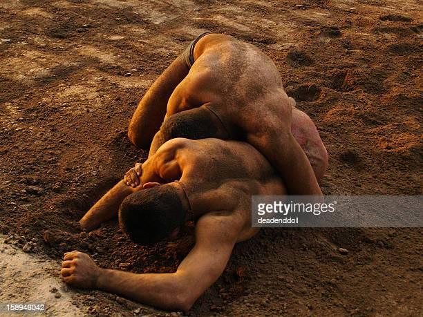 punjabi mud wrestling - lutte dans la boue photos et images de collection