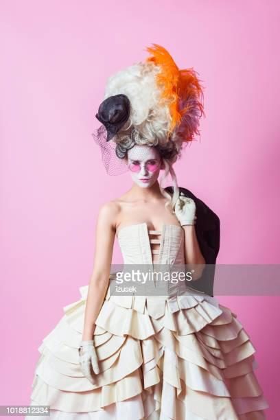 punk-barocken stil frau tragen große perücke, rosa backgroud - barock stock-fotos und bilder