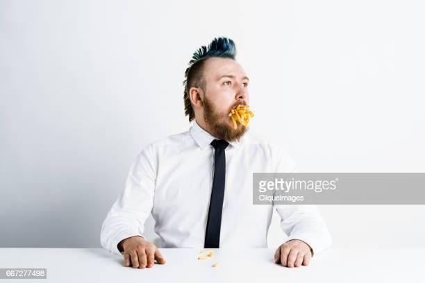 punk eating french fries - cliqueimages photos et images de collection
