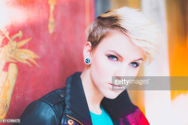 Portrait de femme jeune Blonde bizarre Style punk
