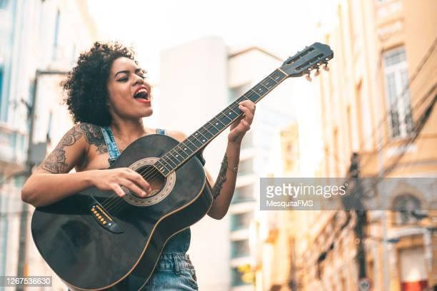 guitarra acústica punk woman - músico - fotografias e filmes do acervo