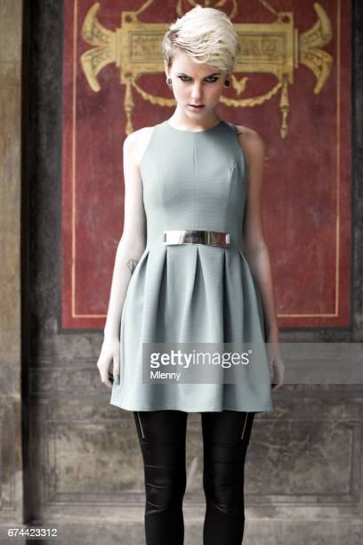 Punk femme en robe moderne contraste féminin mode Portrait