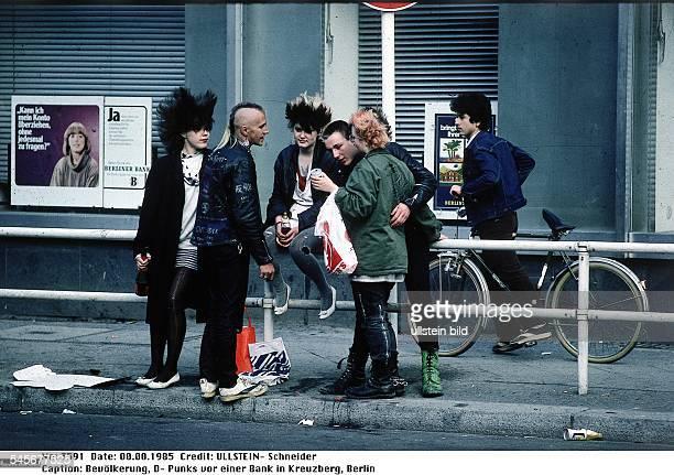 Punker auf einer Strasse vor einer Bank in KreuzbergAufnahme 1985