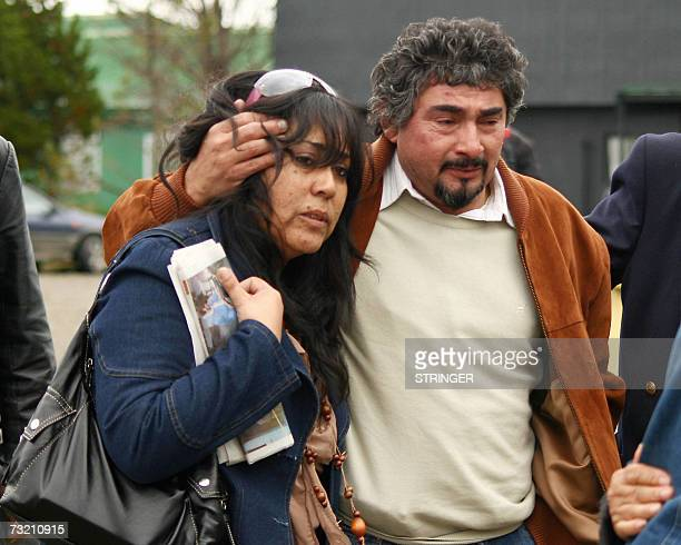 Jorge Diaz abraza el 05 de febrero de 2007 a Julia Valdera padre y madre respectivamente de la argentina Jorgelina Diaz que fallecio junto a sus tres...