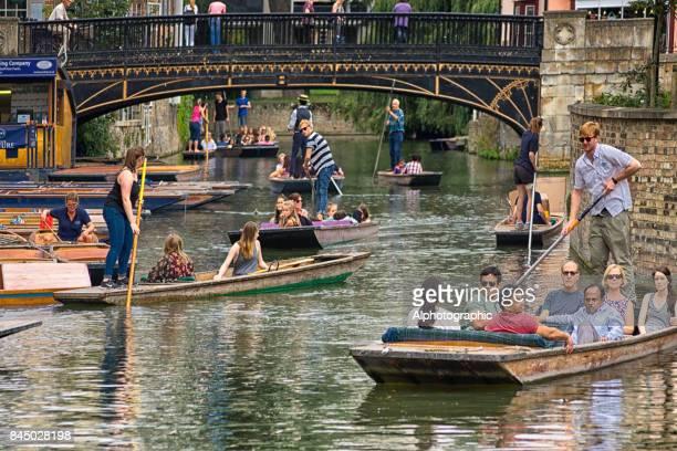 punting on the river cam - cambridge cambridgeshire imagens e fotografias de stock