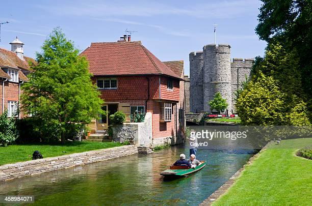 Stechkahn fahren auf dem Fluss Stour im Canterbury Kent, England