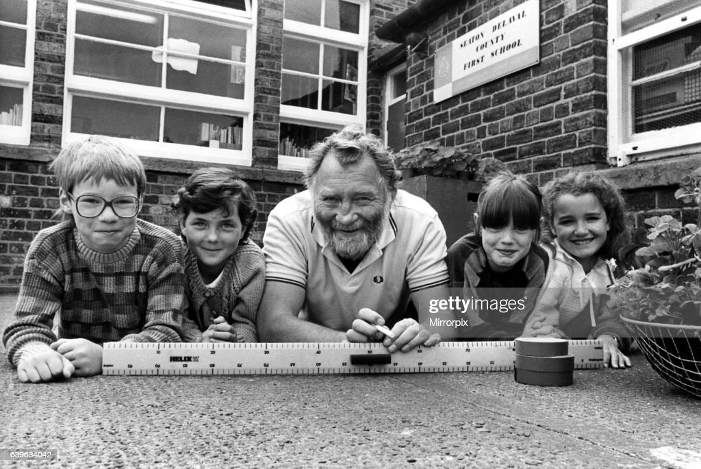 Pupils from Seaton Delaval First School played host to TV nature expert, David Bellamy, on 2nd June 1986, to show off a former pit heap they adopted : News Photo
