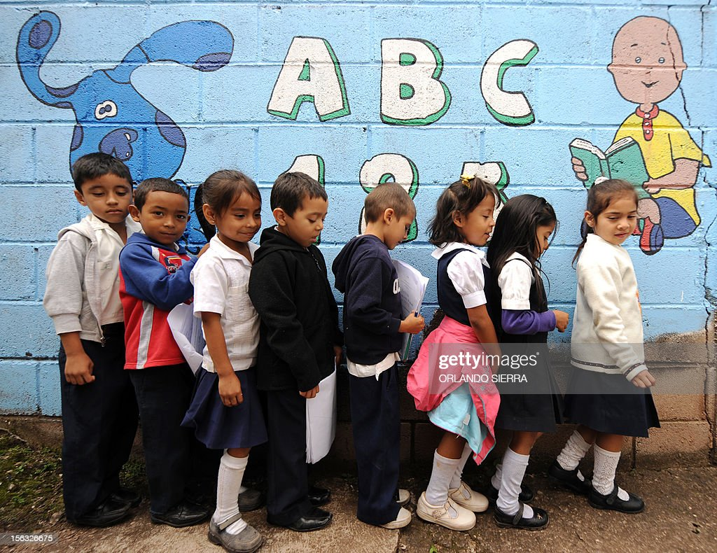 Pupils queue at their nursery school in Tegucigalpa on November 13, 2012. AFP PHOTO/Orlando SIERRA