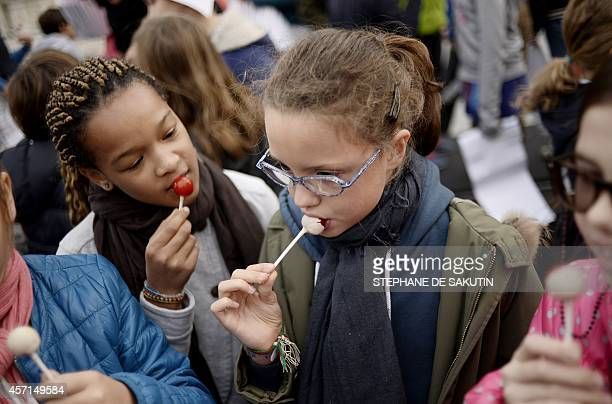 Pupils taste food on October 13 2014 during the launch of the Taste week in Paris The event runs from October 13 to October 19 2014 AFP PHOTO /...
