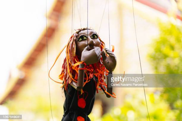 puppet with the figure of a woman with her hands on her face in front of a buddhist temple - representar - fotografias e filmes do acervo