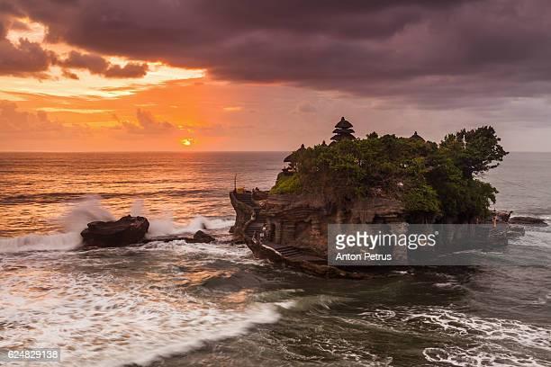 pura tanah lot at sunset, bali - tanah lot stock pictures, royalty-free photos & images