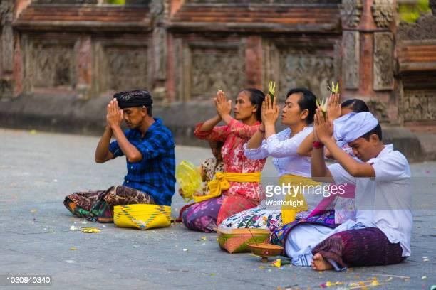 pura tirta empul temple, pilgrims praying - pura tirta empul temple stock pictures, royalty-free photos & images